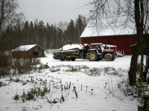 091106 snön faller på ved o traktor