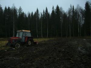 traktor som såbäddsbereder och kör över djupa plogfåror